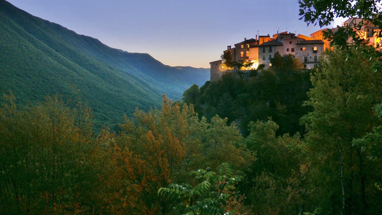 Casa Torre del Cornone e la valle del fiume Aterno